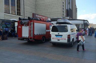 """В Киеве опять """"заминировали"""" ж/д вокзал, пассажиров эвакуировали"""