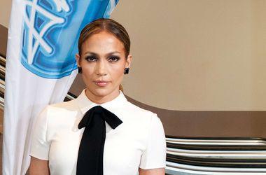 Дженнифер Лопес произвела фурор своим откровенным нарядом на модном шоу