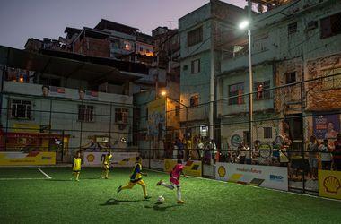 В Бразилии открыли стадион, который сам себя освещает энергией футболистов на поле