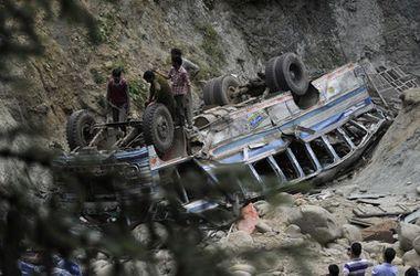 В Индии пассажирский автобус рухнул в ущелье, не менее 16 человек погибли