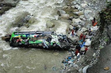В Перу автобус сорвался в ущелье, погибли не менее 20 человек