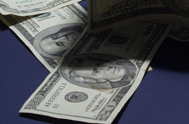 Нацбанк понизил курс доллара