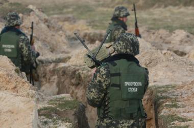 Суперзащита украинской границы в Харьковской области: рвы, проволока и вертолетные площадки