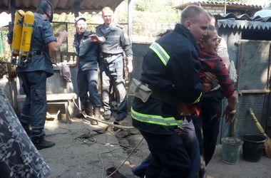 В Павлограде 13 спасателей вытаскивали двоих мужчин из колодца
