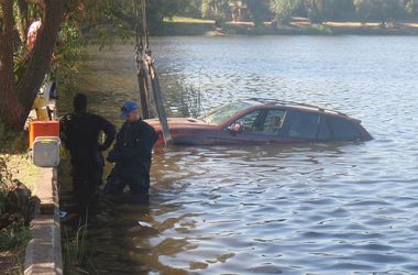 В киевском озере утонул джип