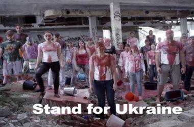 """Литовские студенты устроили """"кровавый"""" Ice Bucket Challenge в поддержку Украины"""