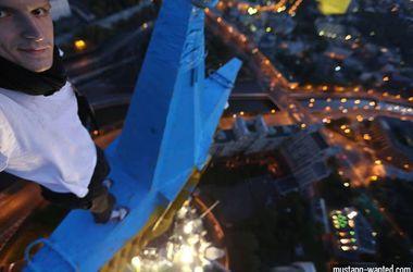 В России заочно арестовали украинца, вывесившего флаг Украины на московской высотке