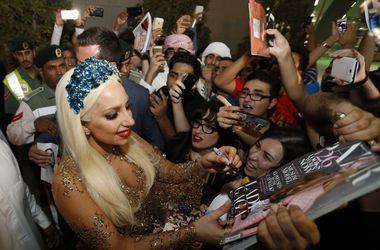 Леди Гага шокировала греков, появившись в образе русалки