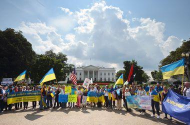 Возле Белого дома Порошенко встретили демонстрацией с украинскими флагами