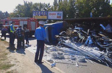 В Киеве перевернулась большая фура, на Харьковской площади – пробка