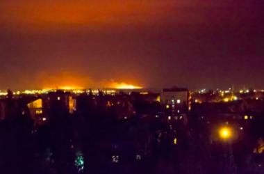 Под Мариуполем после обстрела горят поля