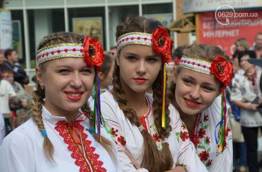 Весь Мариуполь в национальной символике: отпраздновали День города