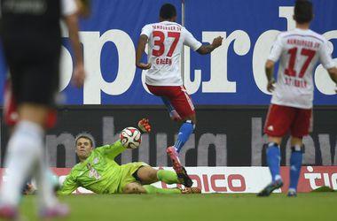 """Вратарь """"Баварии"""" обвел соперника и сыграл рукой в центре поля"""