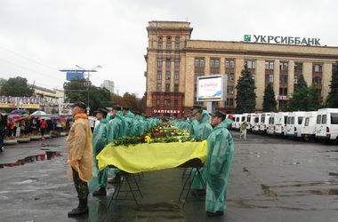Как на центральной площади Днепропетровска отпевали погибших украинских солдат