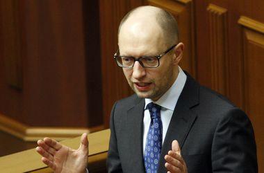 Яценюк объяснил, что гривна должна укрепляться, а падение курса вызвано паникой и спекуляцией
