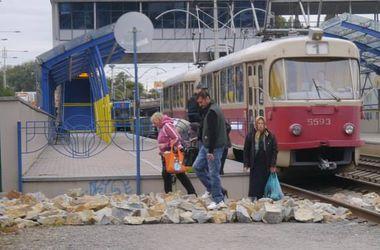 Киевские транспортники засыпали рельсы скоростных трамваев большими камнями