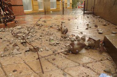Ураган в Мариуполе сносит бетонные башни