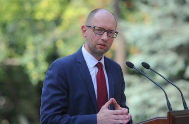 Яценюк просит Запад не снимать санкции с России