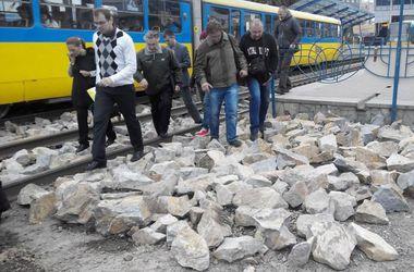 Киевские транспортники рассказали, зачем засыпали булыжниками проход на станцию трамвая