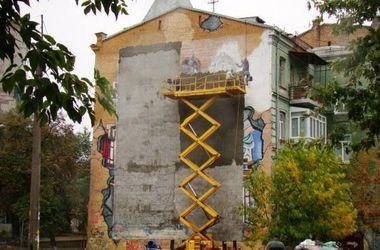 В центре Киева замазали гигантское граффити