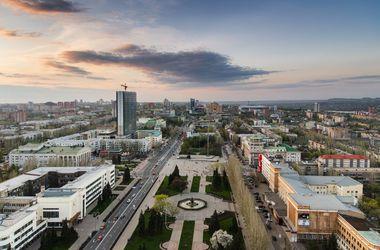 В Петровском районе Донецка звучат залпы и взрывы