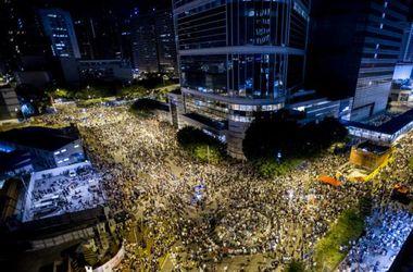 В Гонконге десятки тысяч протестующих требуют свободных выборов, происходят столкновения с полицией