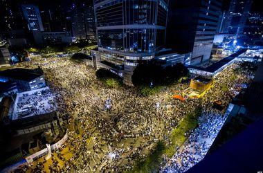 В Гонконге десятки тысяч протестующих требуют свободных выборов
