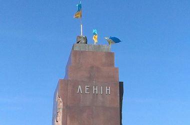 В центре Харькова собрались сторонники и противники сноса памятника Ленину
