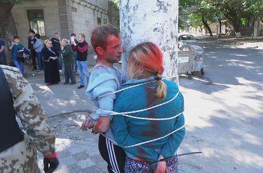 """В Одессе """"Правый сектор"""" облил краской и связал наркоторговцев"""