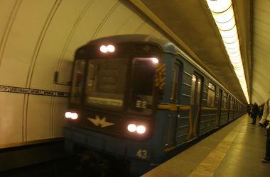 """В Киеве в час пик сломался поезд метро, """"зеленая"""" ветка стояла больше 10 минут"""