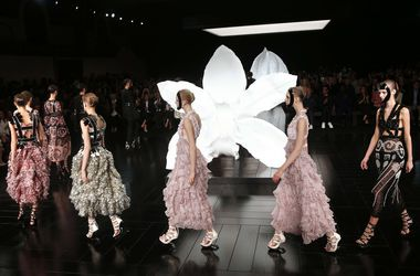 Неделя моды в Париже: Босоножки на необычном каблуке от Alexander McQueen и мини-платья от Louis Vuitton