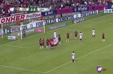 Роналдиньо забивает фирменным ударом со штрафного