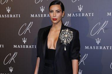 Неделя моды в Париже: Ким Кардашьян, Селена Гомес и Пэрис Хилтон выбрали для выхода в свет черные наряды