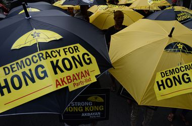 Революция в Гонконге набирает обороты: голубые ленты против зонтиков