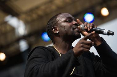 Певец Akon из-за вируса Эбола выступил в Конго в пластиковом шаре