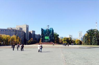 Активисты установили крест на постаменте, оставшемся после сноса памятника Ленину в Харькове