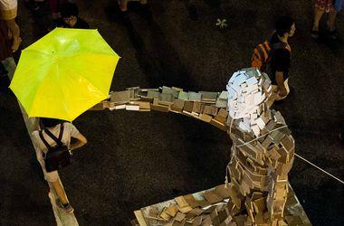 Митингующие в Гонконге установили символ революции зонтиков