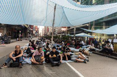 Жители Гонконга разогнали митингующих силой