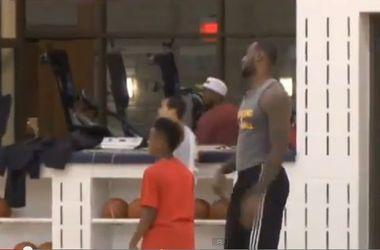 10-летний сын Леброна Джеймса забросил мяч в корзину с центра площадки