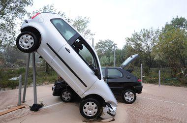 Мощное наводнение во Франции разбросало машины и размыло дороги