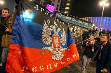 Российские фанаты демонстрируют флаг ДНР в Стокгольме