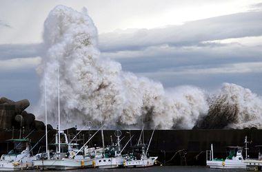Несколько десятков человек пострадали из-за мощного тайфуна в Японии
