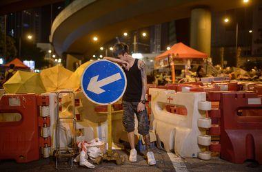 В Гонконге полиция не дает митингующим строить баррикады