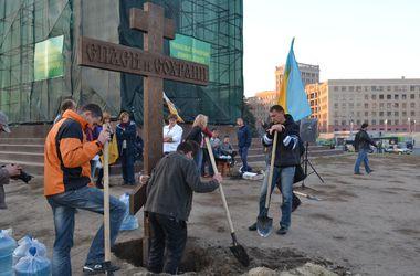 В Харькове на площади Свободы вновь установили крест
