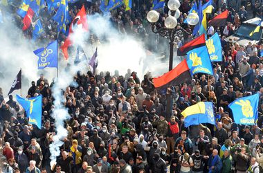 Под Радой неспокойно: активисты бросают петарды и бьют милиционеров