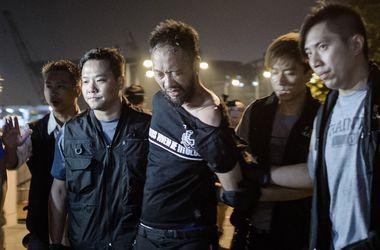 Протестующих в Гонконге забросали грязью и мешками с мусором