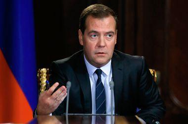 """Медведев назвал """"не стерильной"""" ситуацию с финансированием Крыма"""