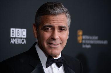 """Клуни извинился за съемки в """"Бэтмене и Робине"""""""
