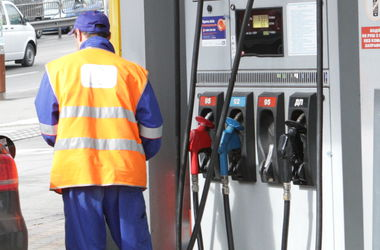 Почему мировые цены на нефть падают, а бензин в Украине не дешевеет