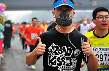 Из-за смога марафон в Пекине бежали в респираторах
